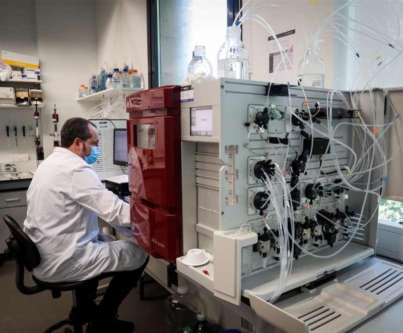 Un investigador trabaja en busca de vacunas. EFE/Archivo