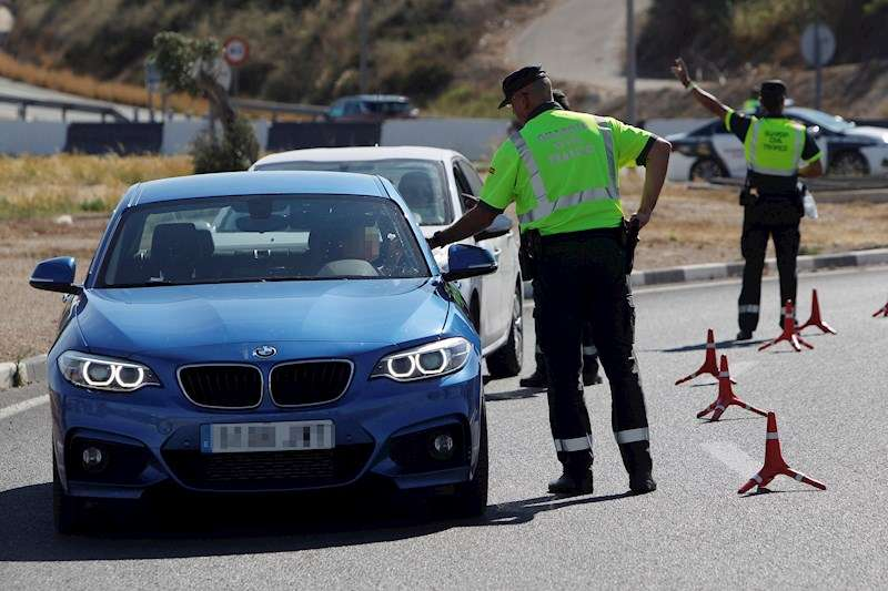 Agentes de la Guardia Civil de Tráfico realizan un control de alcoholemia y drogas. EFE/Archivo