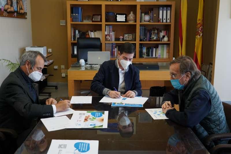 Firma del protocolo en el Ayuntamiento de Burjassot. EPDA