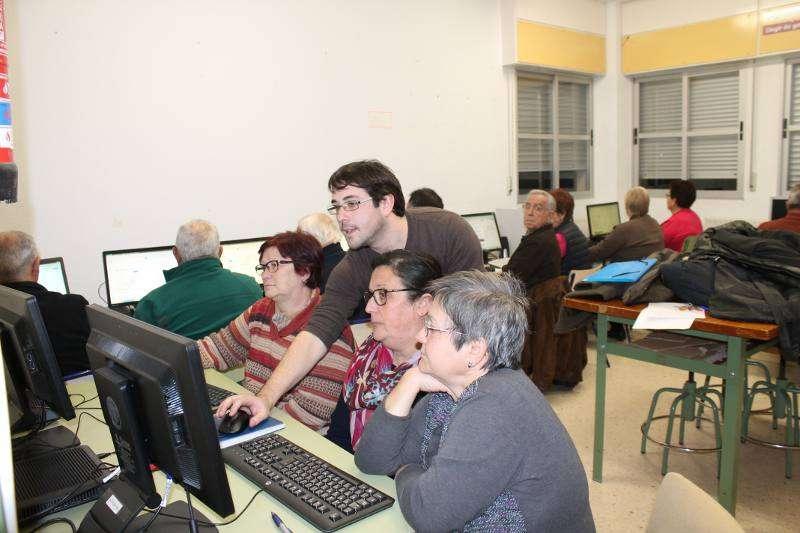 El alcalde de Algímia ayudando a unos mayores en el curso. EPDA