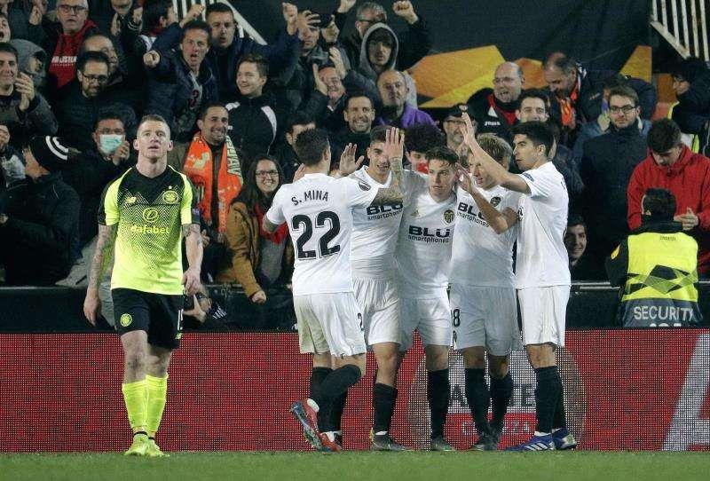 El jugador del Valencia CF Kevin Gameiro (3d), celebra con sus compañeros el primer gol de su equipo ante el Celtic FC. EFE