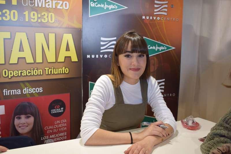 Aitana durante su firma de discos en El Corte Inglés de Nuevo Centro.