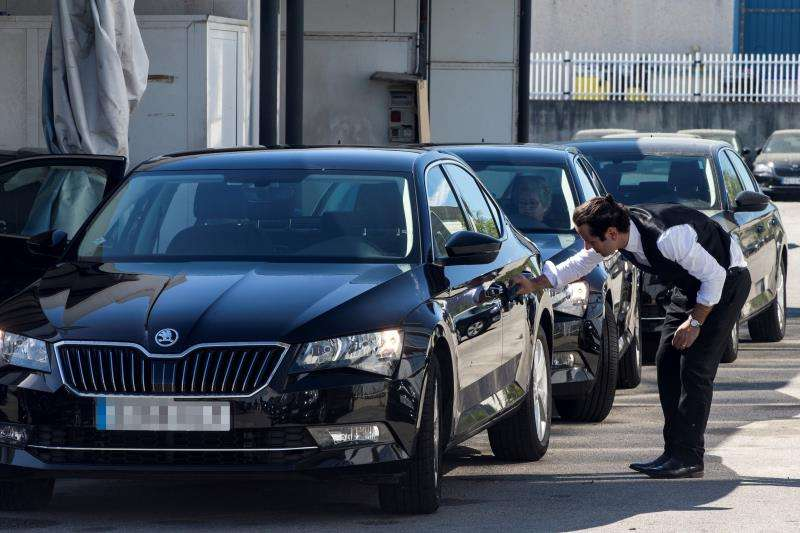 Un conductor de Cabify limpia su vehículo en Barcelona. EFE/Archivo