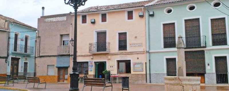 Plaça al municipi de Canals.
