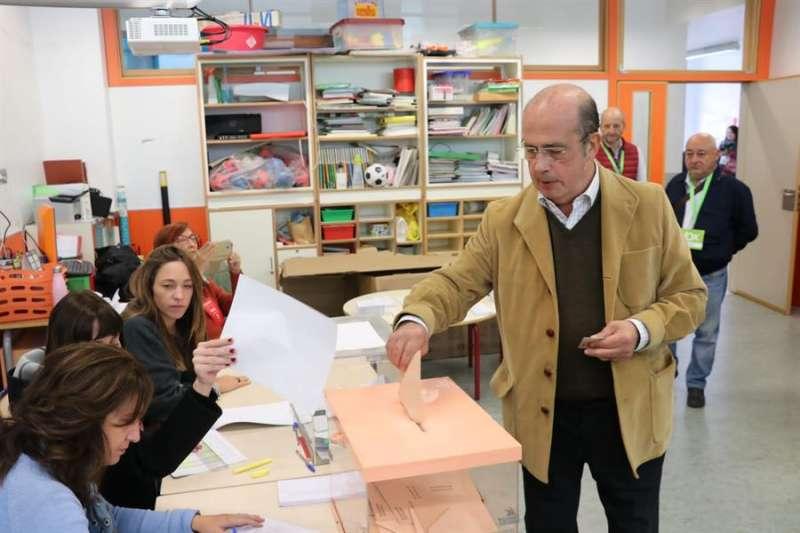 Gil Lázaro votando como cabeza de lista de VOX.
