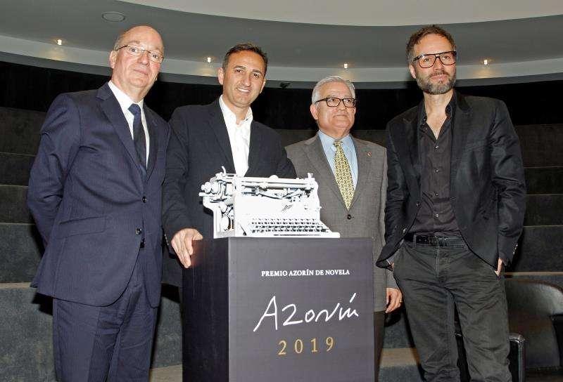 El Presidente de la Diputación Provincial de Alicante, César Sánchez (2i), el director del Área de Relaciones Externas del Grupo Planeta, Carlos Creuheras (1i), el Director del ADDA, Josep Vicent (1d), y el Diputado del Area de Cultura, César Augusto Asencio, durante la presentación del premio de novela Azorín 2019. EFE