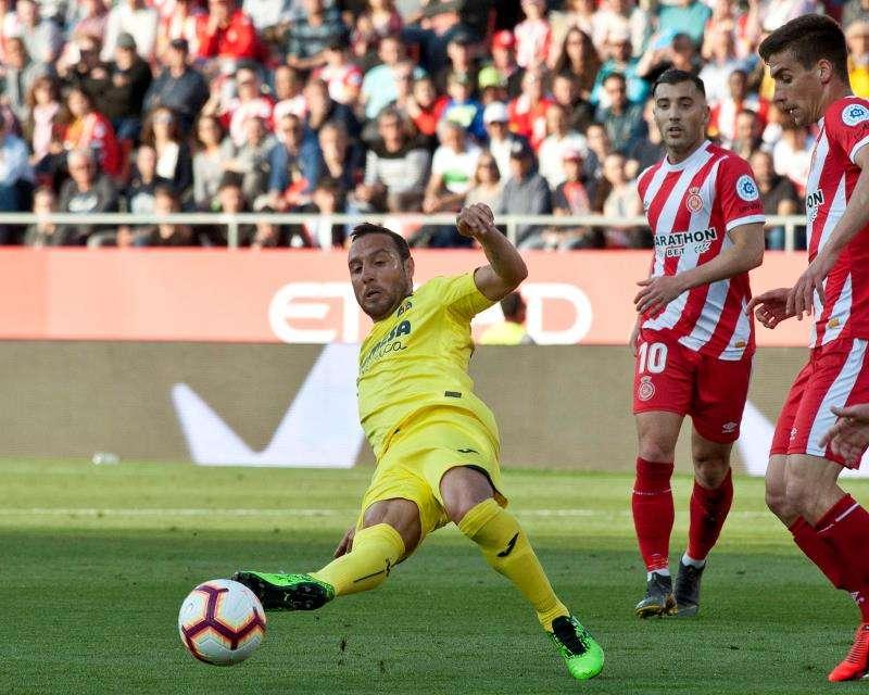 El centrocampista del Villarreal Santi Cazorla intenta rematar durante el partido. EFE