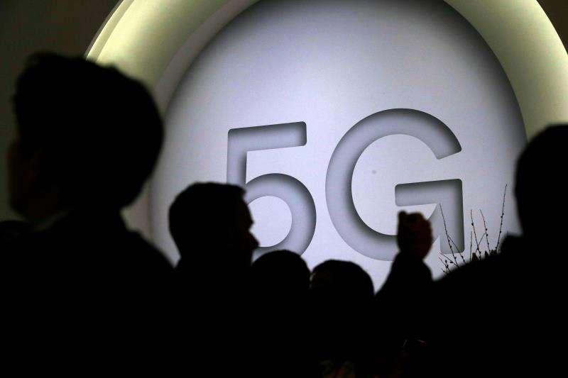 Vista de un cartel que anuncia la nueva tecnologia 5G en un expositor en el Congreso Mundial de Móviles (MWC en su siglas en inglés). EFE/Archivo