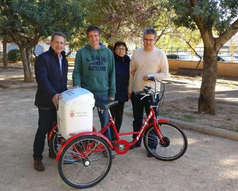 Alcalde i regidors de Xirivella amb el tricicle elèctric. EPDA