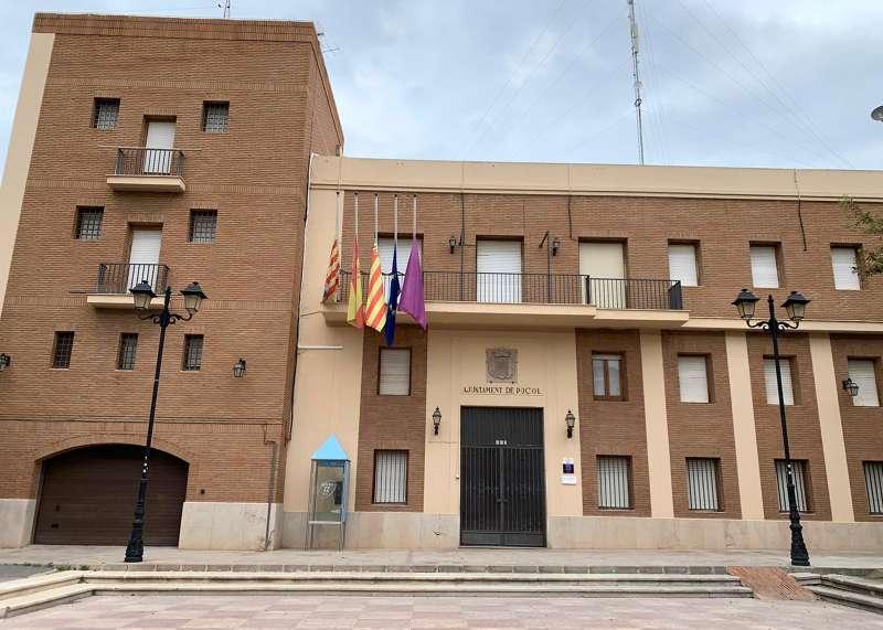 Banderas a media asta en el Consistorio de Puçol. EPDA