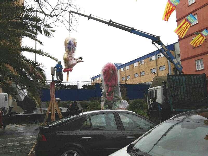 Una grúa descarga los ninots del monumento de la Falla Guardacostas músico Jarque Cuallado de Valencia. EPDA