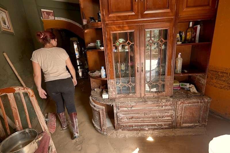 Una mujer enseña su casa destrozada por el desbordamiento del río Clariano a su paso por la localidad valencia de Ontinyent durante la gota fría de septiembre. EFE/Francés/Archivo