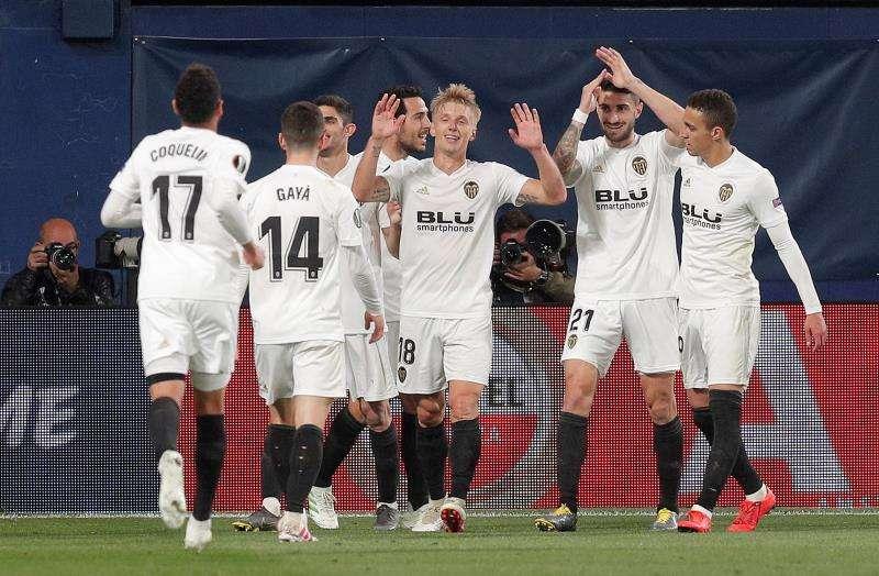 Los jugadores del Valencia celebran el segundo gol del equipo valencianista frente al Villarreal en el estadio de la Cerámica. EFE