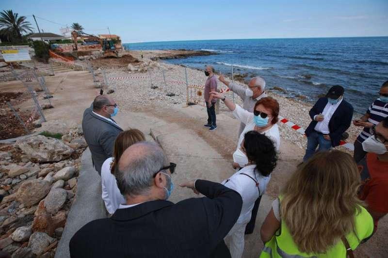 La delegada del Gobierno en la Comunitat Valenciana, Gloria Calero (c), junto al alcalde de Denia, Vicent Grimalt, visitan playas de Dénia afectadas por la borrasca Gloria del pasado mes de enero. EFE/Natxo Frances