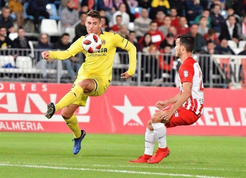 El delantero del Villarreal Daniel Raba (i) disputa un balón con el jugador del Almería Francisco Callejón (d) durante el partido de dieciseisavos final de la Copa del Rey que se está celebrando en el estadio de los Juegos Mediterráneos de Almería. EFE