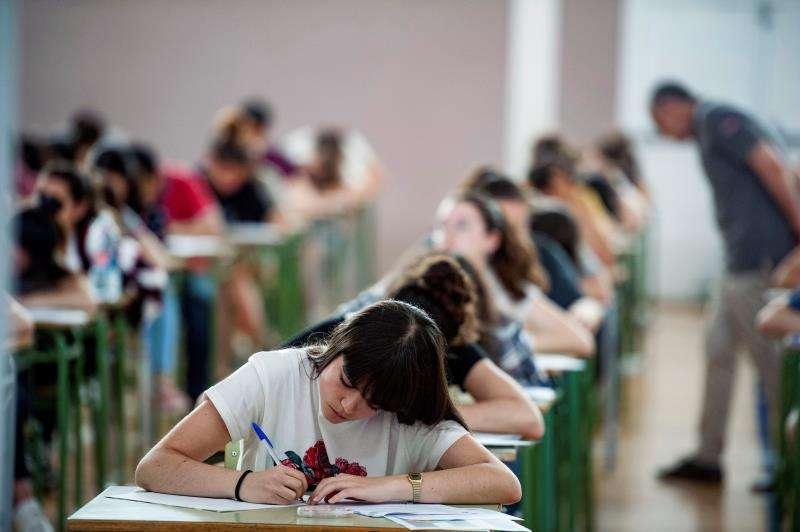 Jóvenes realizan en su aula un examen de fin de curso. EFE/Archivo