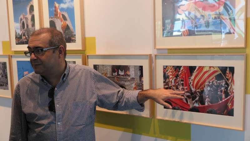 El director del MuVIM, Rafael Company, assenyala una de les fotografies de la mostra.