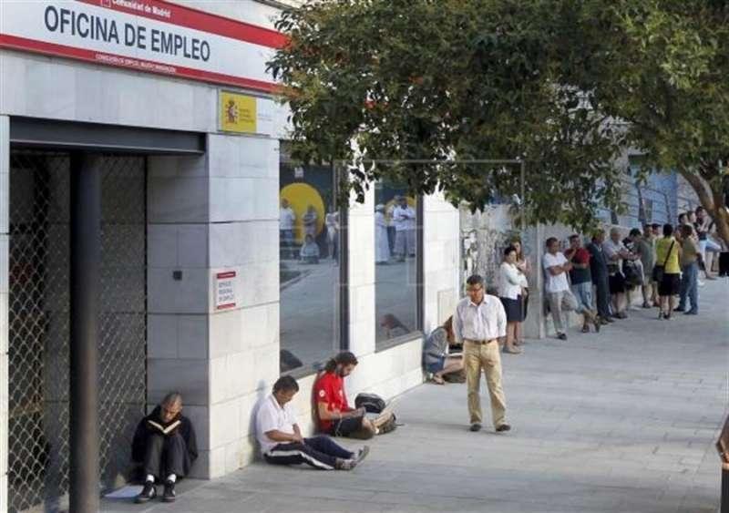 Cola de parados frente a una oficina del INEM. EPDA