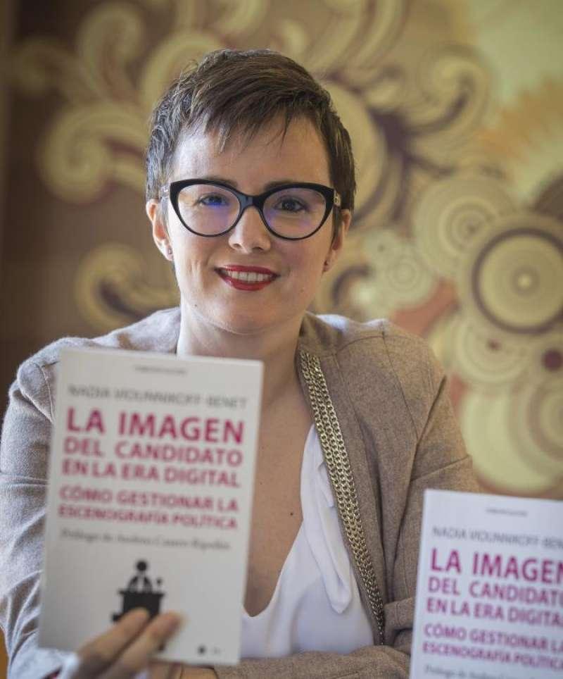Imagen de la profesora de Comunicación Audiovisual de la Universitat Jaume I (UJI) Nadia Viounnikoff-Benet con algún ejemplar de su libro