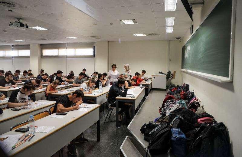 Los estudiantes durante uno de los exámenes de la PAU que han realizado este miércoles . EFE/Manuel Bruque