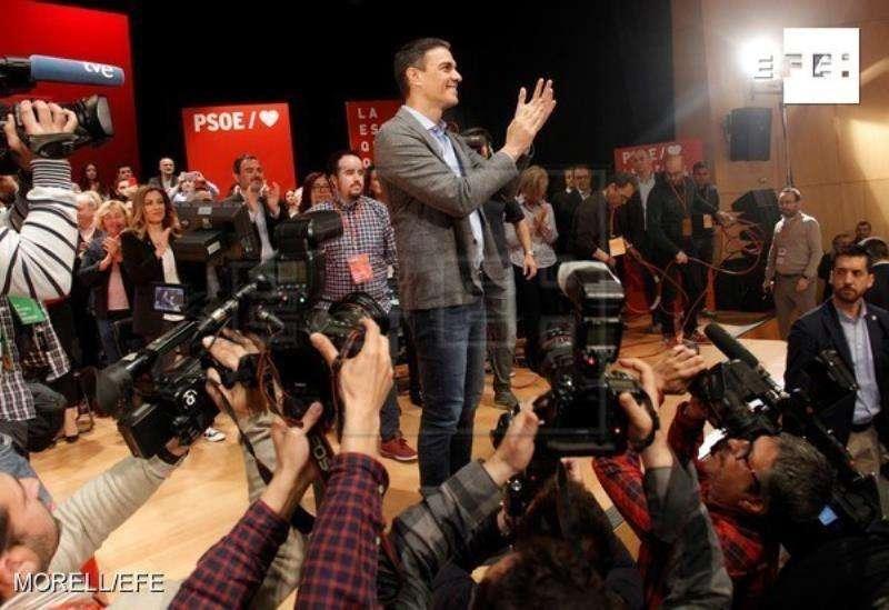 El presidente del Gobierno y secretario general del PSOE, Pedro Sánchez (c) durante un acto político de su formación en la Universidad de Alicante. EFE