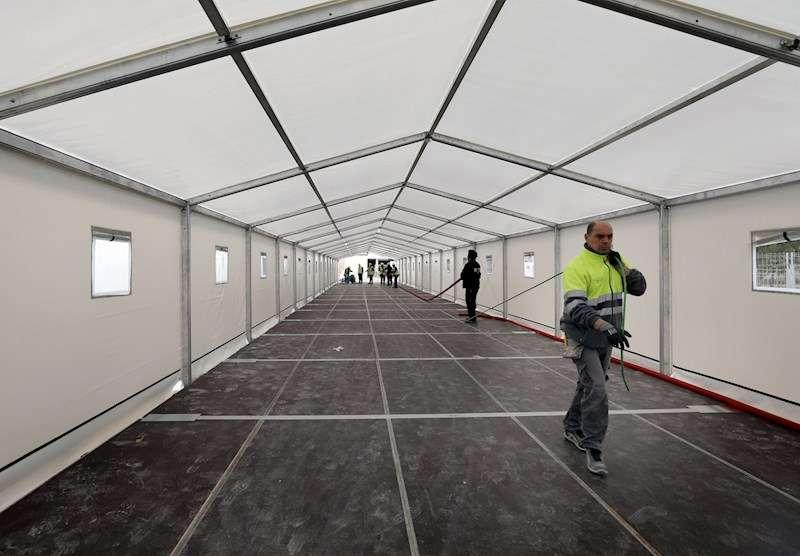 Preparación de las instalaciones del hospital de campaña de Valencia que se está levantando junto al hospital La Fe. EFE