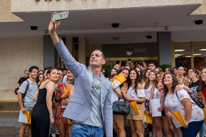El alcalde de Mislata, Carlos Fdez. Bielsa, con los jóvenes en prácticas en el período estival