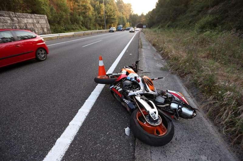 Imagen de archivo de un accidente de tráfico con una moto implicada. EFE/Sxenick
