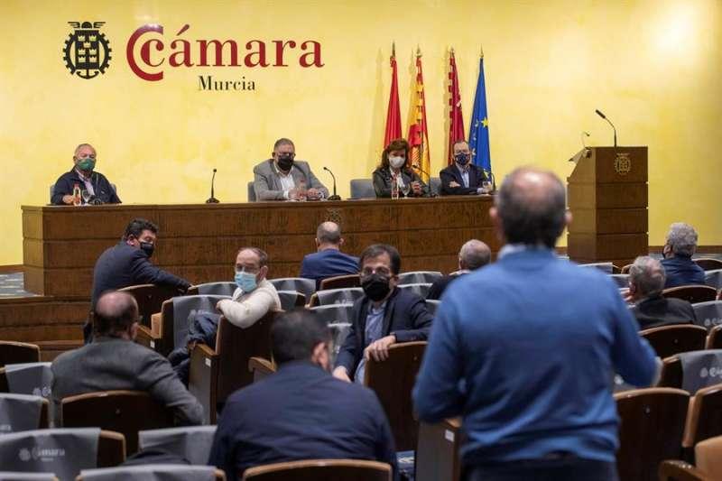 Imagen de la reuni�n de la Mesa del Agua este lunes en la C�mara de Comercio de Murcia. EFE/Marcial Guill�n