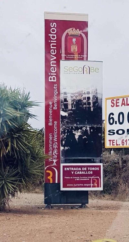 El cartel ennegrecido a la entrada de la ciudad