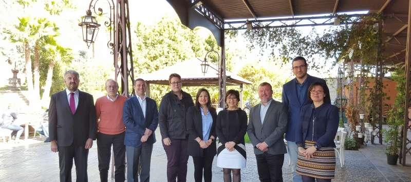 Concejales, alcalde, secretarias autonómicas y la presidenta de Asecam, en el restaurante El Mirador de Sagunt. FOTO ASECAM