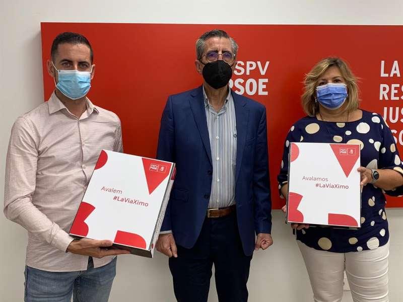 Los representantes de la candidatura de Ximo Puig, Carlos Fernández Bielsa y Mayte García, entregan los avales