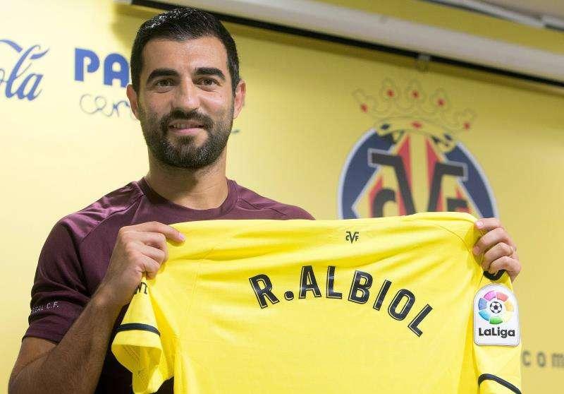 Raúl Albiol posa con la camiseta del Villarreal en su presentación. EFE
