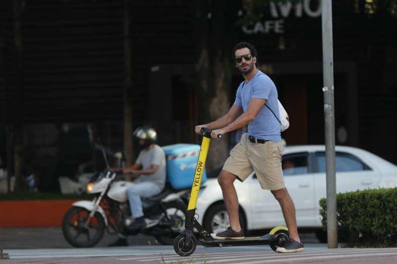 Un hombre se desplaza en patinete eléctrico. EFE/Fernando Bizerra/Archivo