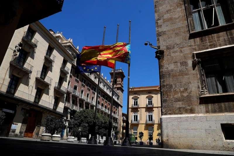 Banderas a media asta en el Palau de la Generalitat. EPDA
