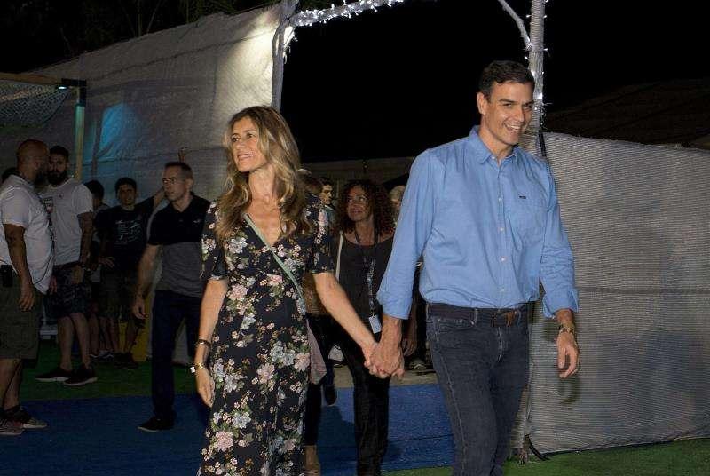 El presidente del Gobierno, Pedro Sánchez, y su esposa a su llegada a un concierto que la banda en la segunda jornada de la pasada edición del Festival Internacional de Benicasim (FIB), en Castellón. EFE/Archivo