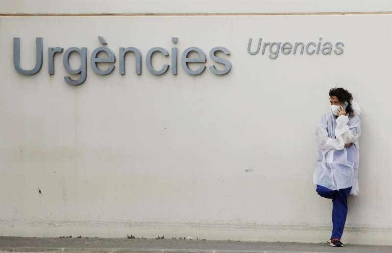 Personal sanitario junto a la zona de urgencias del Hospital La Fe.