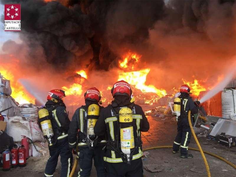 Imagen del Consorcio Provincial de Bomberos de Castellón del incendio en Betxí. EFE