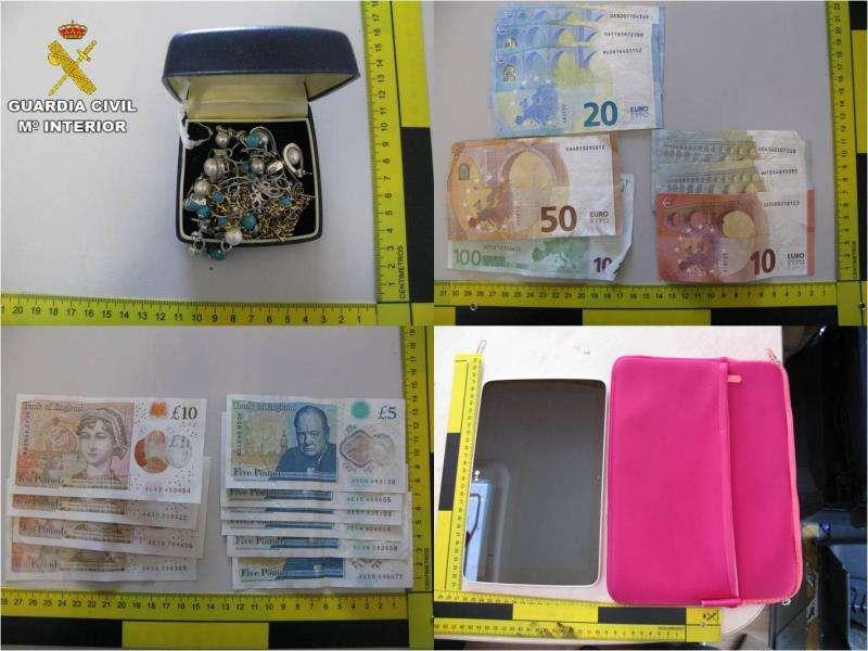 Parte del dinero recuperado por la Guardia Civil. EFE