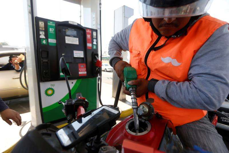 Un hombre se pone gasolina de un surtidor. EFE/Archivo