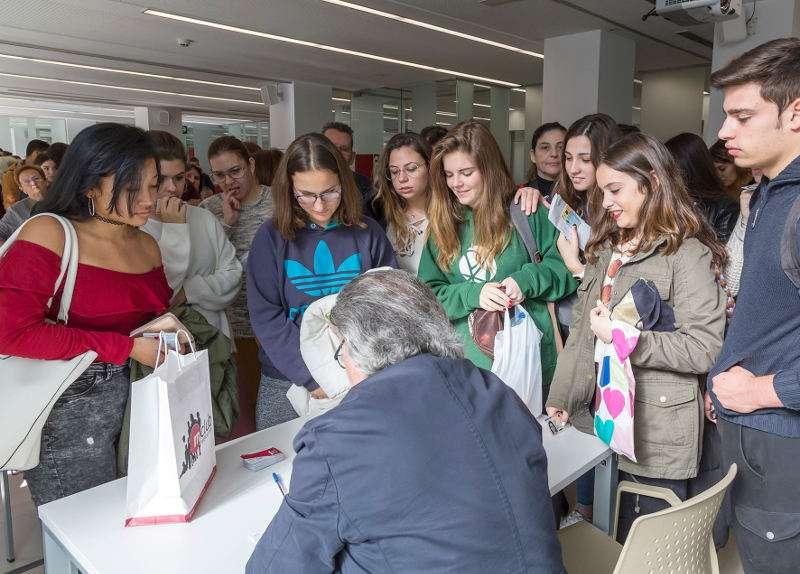 Mislata entrega a los estudiantes sus tarjetas de movilidad. EPDA