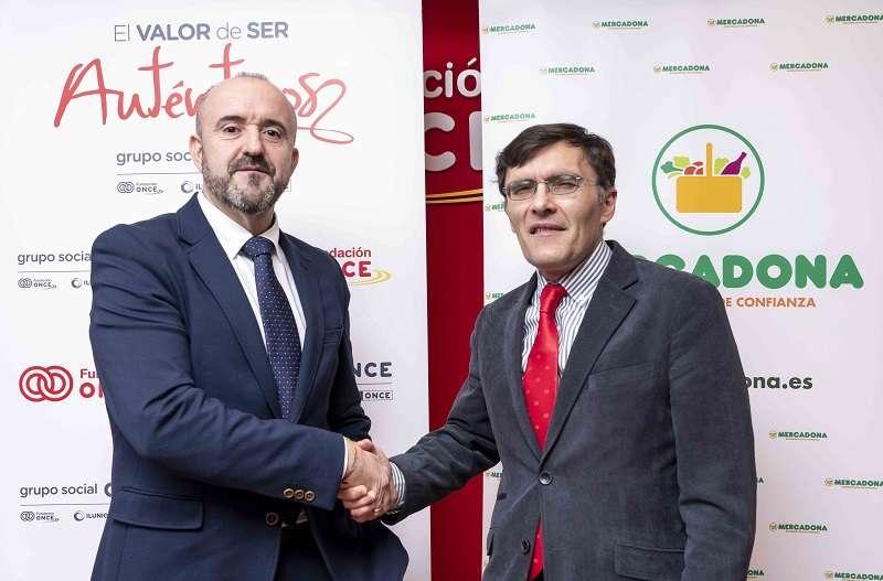 José Elías Portalés, director de contratación de RRHH de Mercadona, y Alberto Durán, vicepresidente ejecutivo de Fundación ONCE durante la firma del convenio