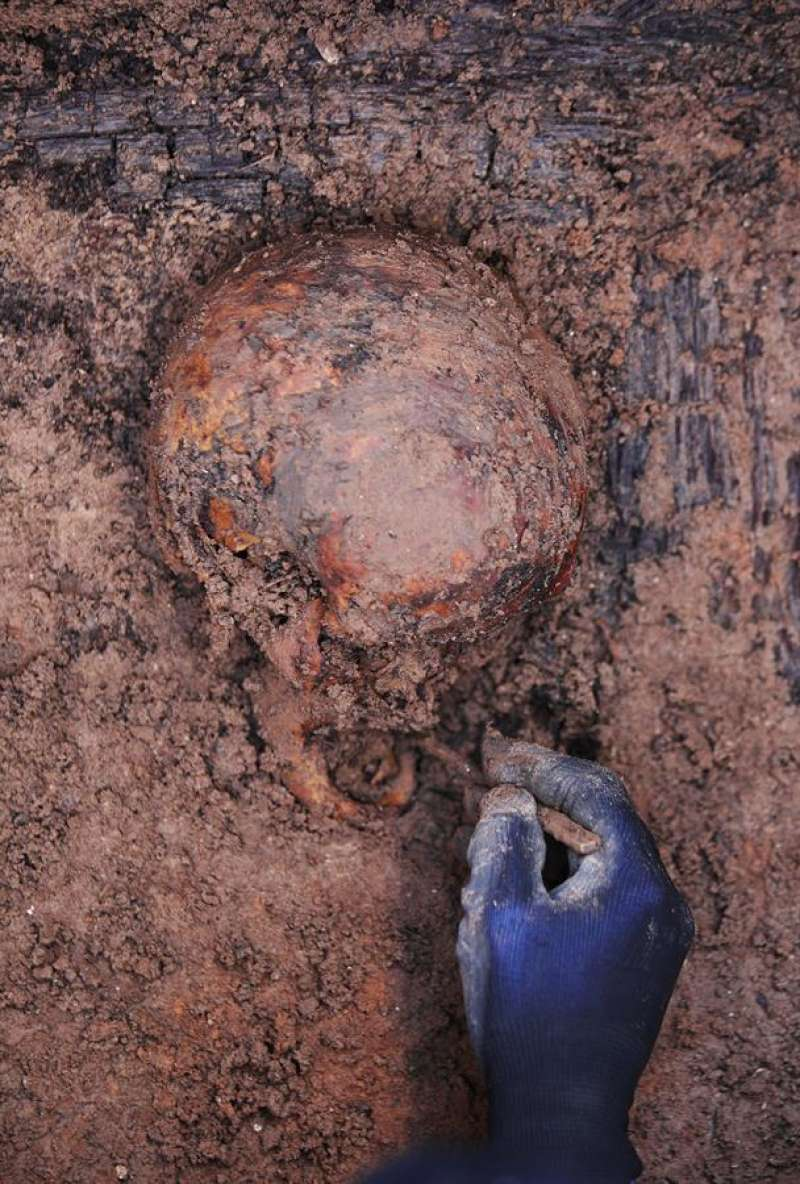 Un arqueólogo trabaja en la exhumación de restos humanos en el cementerio Municipal de la ciudad ducal. EFE/ Natxo Francés.