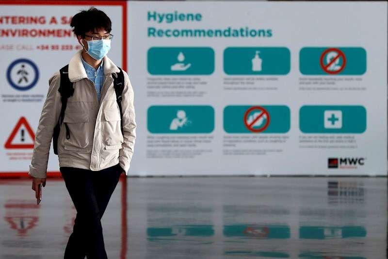 un hombre pasa ante un cartel con recomendaciones ante el coronavirus. EFE/Toni Albir/Archivo