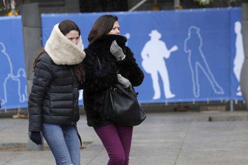 Dos personas se protegen del frío. EFE/Archivo