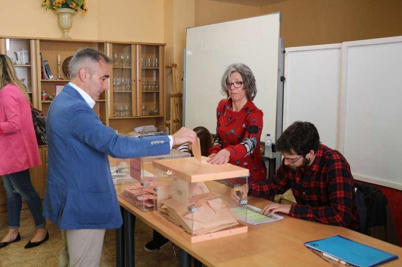 Miguel Barrachina depositando su voto