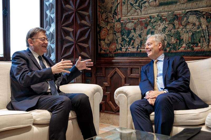 El president de la Generalitat, Ximo Puig (i), recibe en audiencia al embajador del Reino Unido en España, Simon Manley (d). EFE