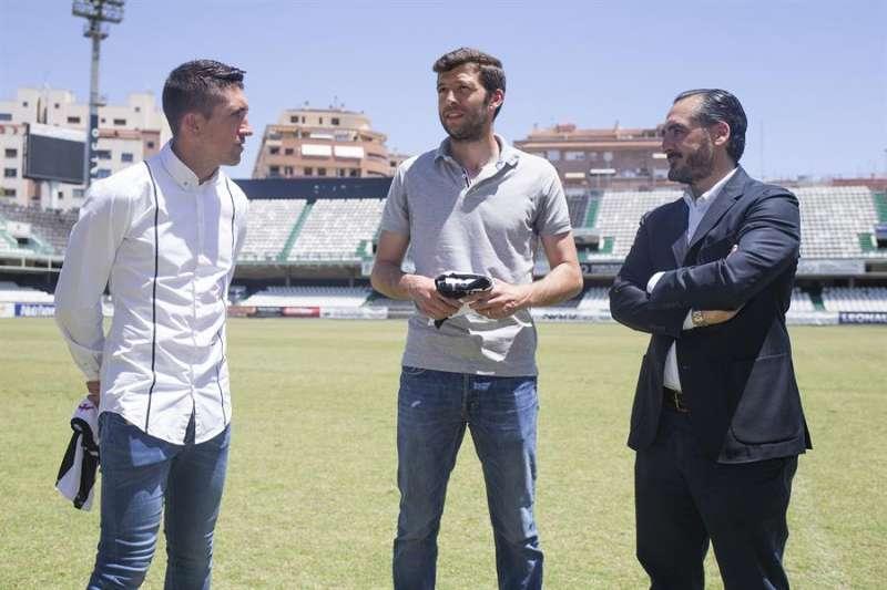 Los futbolistas Pablo Hernández (I) y Ángel Dealbert (C) , ex jugadores ambos del CD Castellón, cuanddo accedieron a la gestión del club.EFE/ Archivo