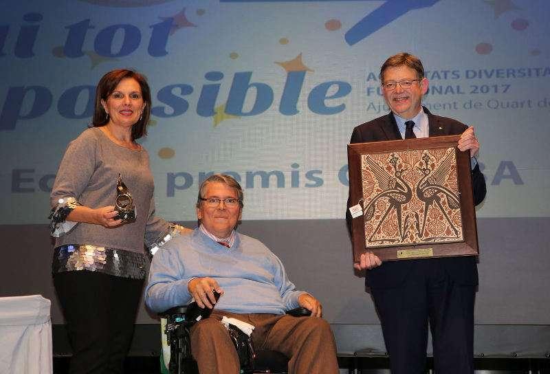 Alcaldesa de Quart de Poblet, el President de la Generalitat y el presidente de la entidad que organiza los premios Qusiba. EPDA