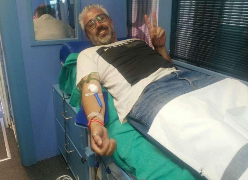 Juanma Ramón donando sangre. EPDA
